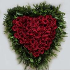 Венок в виде сердца из живых цветов ВСЖ-18