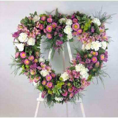 Венок в виде сердца из живых цветов